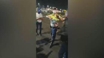 Imagem que circula nas redes sociais mostra policial segurando uma arma enquanto é cercado por manifestantes a favor do presidente Jair Bolsonaro