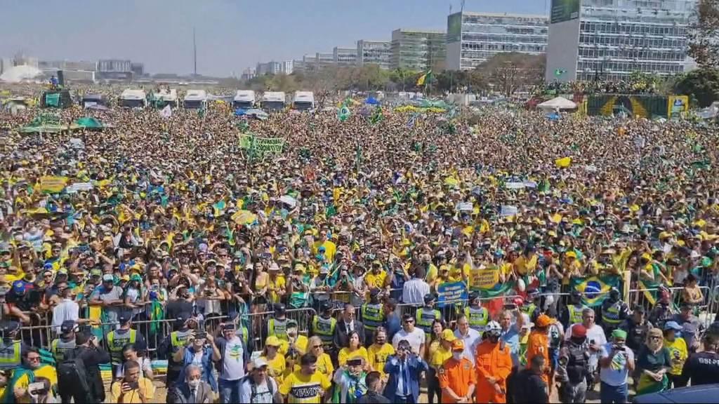 Presidente Jair Bolsonaro (sem partido) fala a apoiadores em Brasília nesta terça-feira (7)
