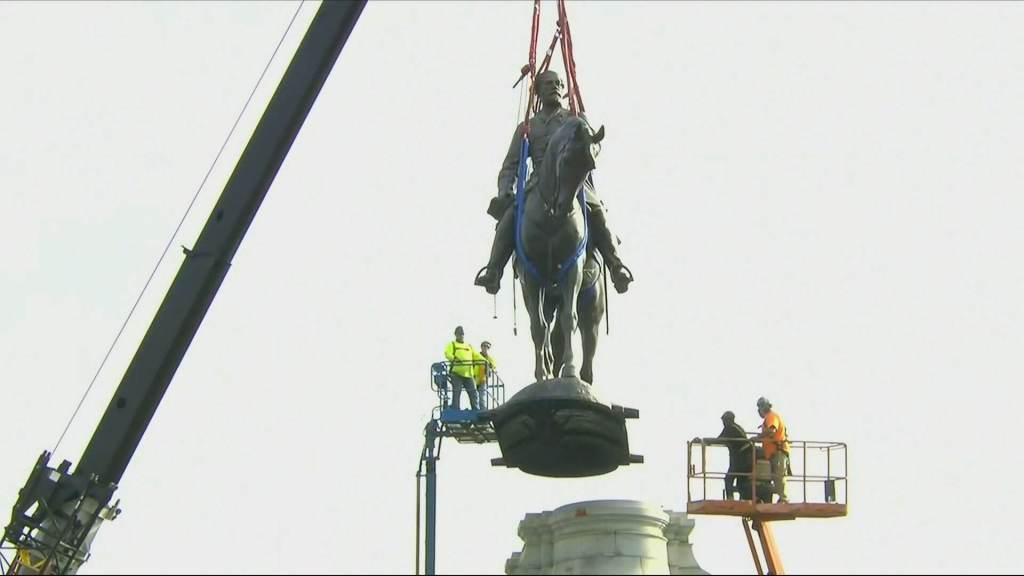 Símbolo ligado ao racismo, estátua de general é removida nos EUA