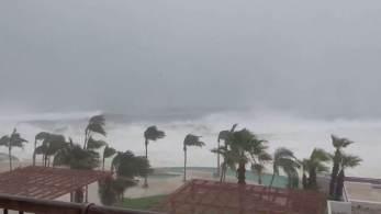 Por causa da ventania, o litoral começa a registrar uma forte ressaca. Já há registros também de queda de energia elétrica em várias áreas.
