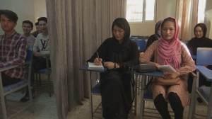 Mulheres afegãs são proibidas de lecionar ou frequentar a Universidade de Cabul