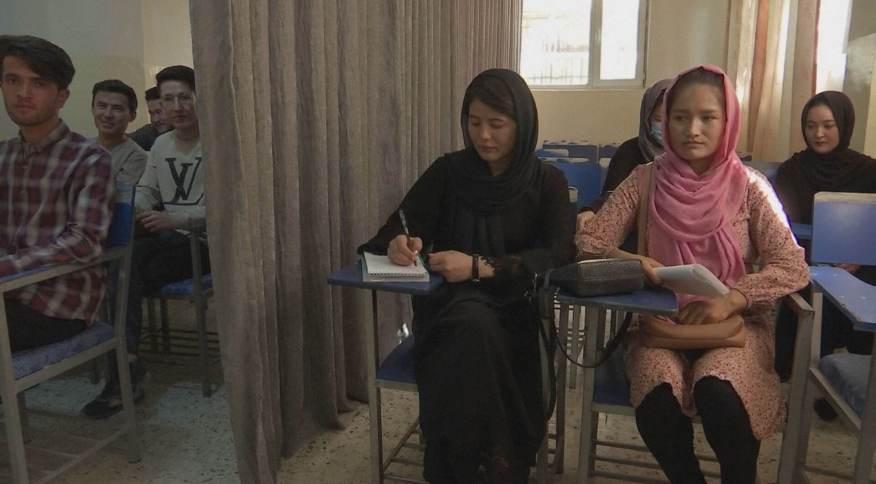 Homens e mulheres separados em sala de aula no Afeganistão
