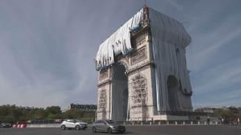 Obra é de um de artista búlgaro, conhecido como Cristo, que morreu em 2009; a instalação póstuma teve a permissão da prefeitura parisiense