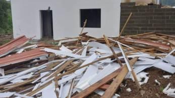 Fortes ventos, que ultrapassaram os 100 quilômetros por hora, destelharam casas e quebraram árvores