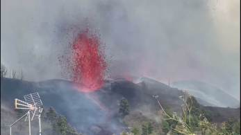 Nenhuma morte foi relatada e o vulcão continua ativo nesta segunda-feira (20); 500 turistas já deixaram La Palma e cerca de 20 casas foram destruídas