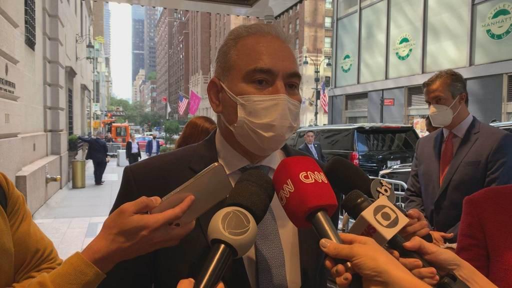 Ministro da Saúde, Marcelo Queiroga, fala com a imprensa em Nova York