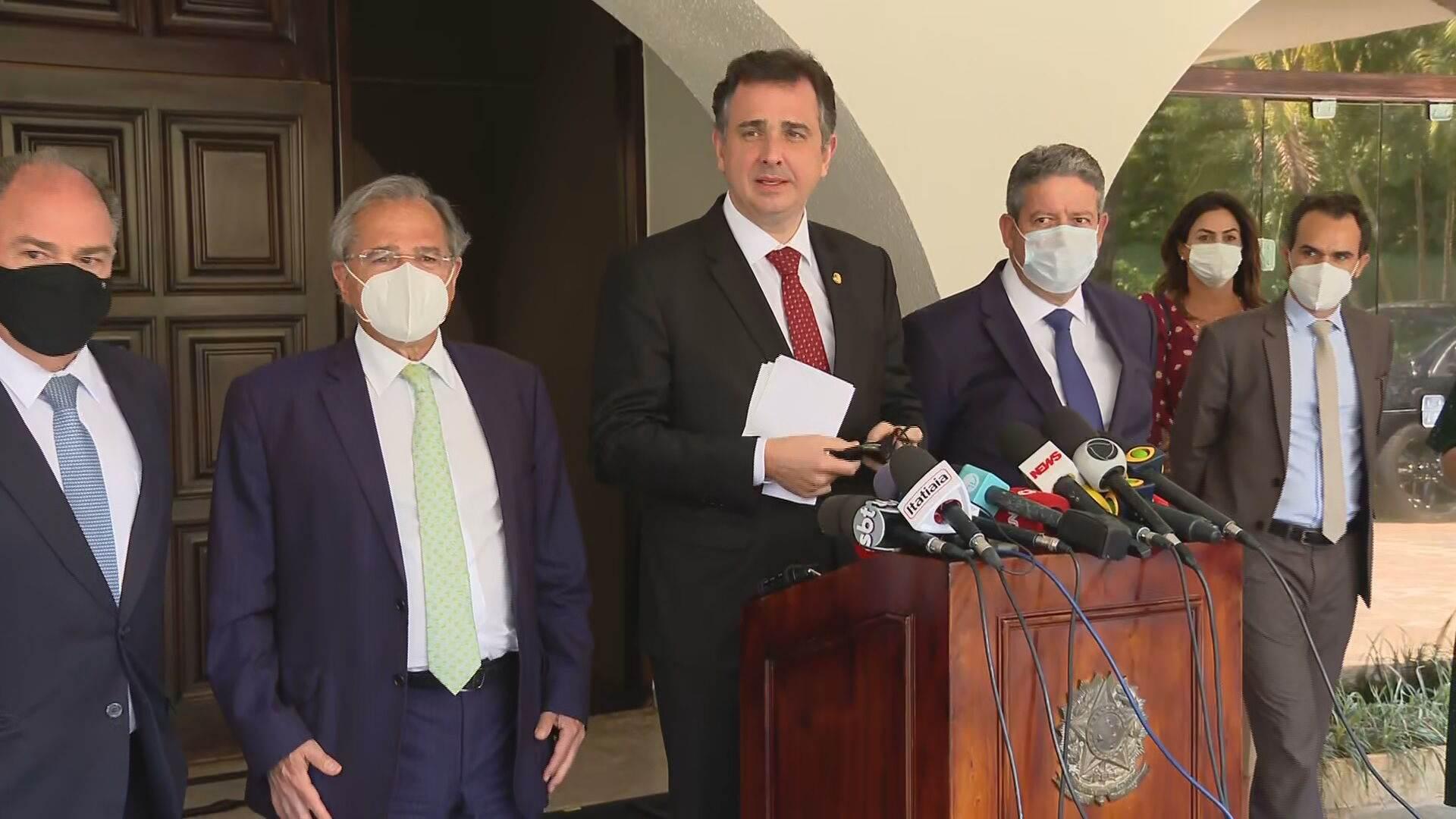 Presidentes da Câmara, Arthur Lira (PP-AL), e do Senado, Rodrigo Pacheco (DEM-MG), e o ministro da Economia, Paulo Guedes, falam à imprensa