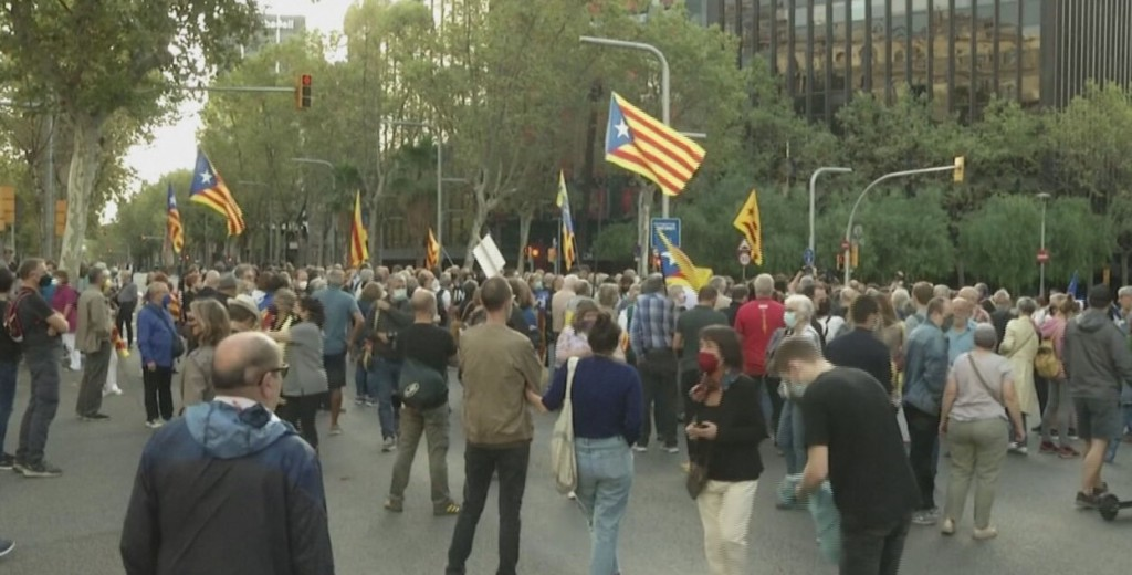Manifestantes se reúnem em frente ao tribunal com bandeiras da Catalunha