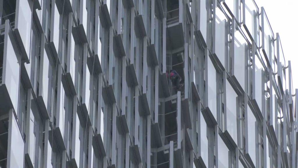 'Homem-aranha' francês escala prédio em Paris sem equipamentos de segurança