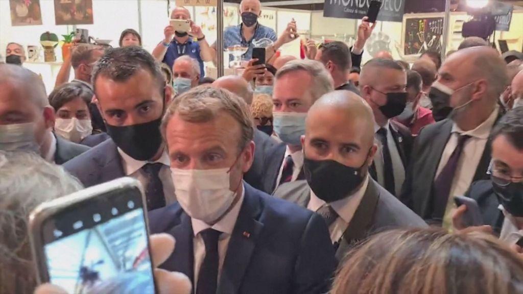 Presidente da França é atingido por ovo durante evento