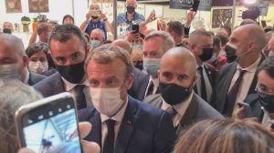 Presidente da França é atingido por ovo durante evento; assista