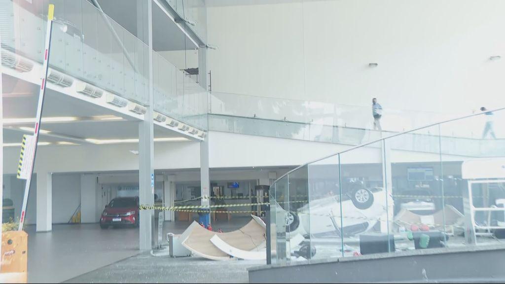 Carro cai do mezanino de loja e deixa três pessoas feridas no Centro de São Paulo