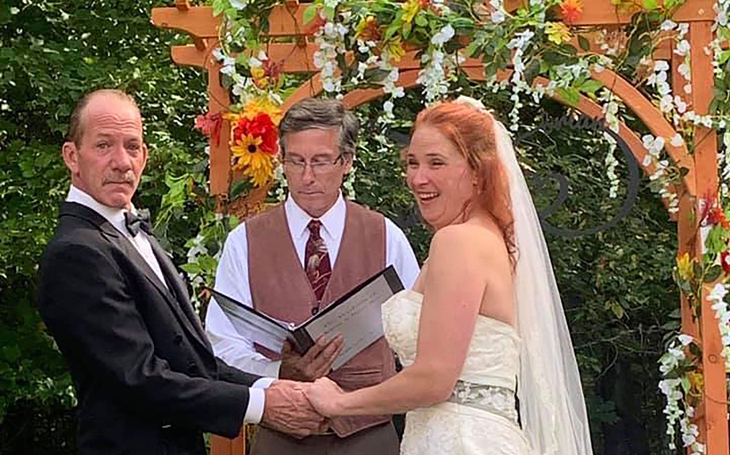 Brian Ray e Karen Mahoney trocaram seus votos na cerimônia realizada na fronteira entre EUA e Canadá