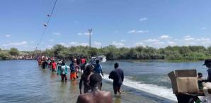 Milhares de imigrantes haitianos tentam cruzar a fronteira dos EUA com o México