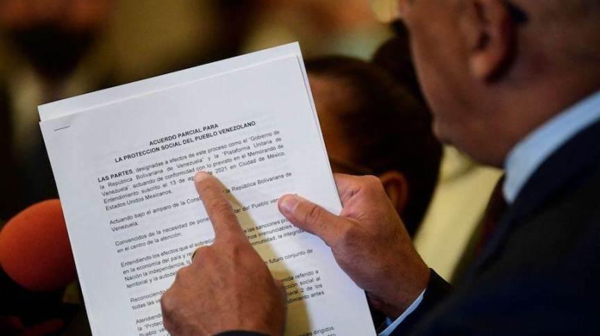 Chefe da delegação do Governo venezuelano, Jorge Rodríguez, mostra documento
