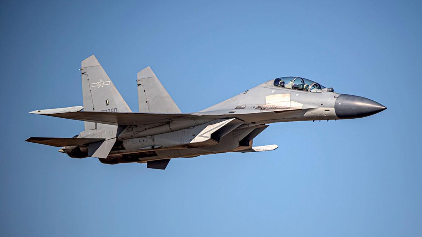 Caça chinês J-16, do Exército de Libertação do Povo, voa sobre zona de identificação de defesa aérea de Taiwan