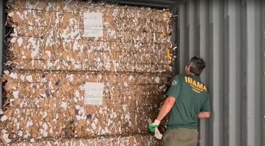 Lixo foi encontrado prensado em papelões e foi declarado como material para reciclagem