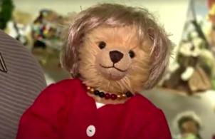 Vendidos a 180 euros - cerca de R$ 1.130,00 - os brinquedos têm cabelo semelhante ao de Merkel e vestem seu terninho habitual