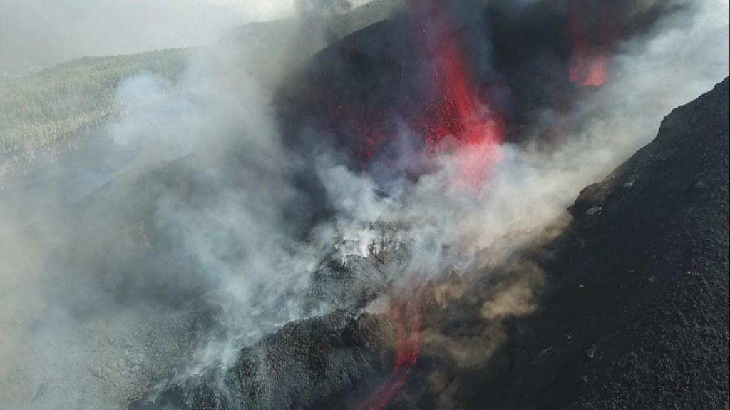 Com lava do vulcão Cumbre Vieja se aproximando do Oceano Atlântico, autoridades determinaram lockdown de moradores da ilha