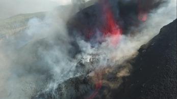 Centenas de moradores das áreas mais próximas do mar estão em alerta para a chegada da lava do vulcão ao oceano, em La Palma