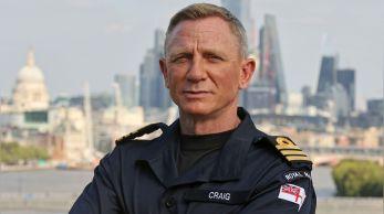 Ator britânico foi nomeado comandante honorário da Marinha Real Britânica – mesmo posto de James Bond – e pretende usar seu novo status militar para ajudar famílias de militares do Reino Unido