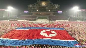 Além das manobras militares com aviões e paraquedistas – apesar da ausência de mísseis –, chamou atenção na celebração a aparência de Kim Jong Un