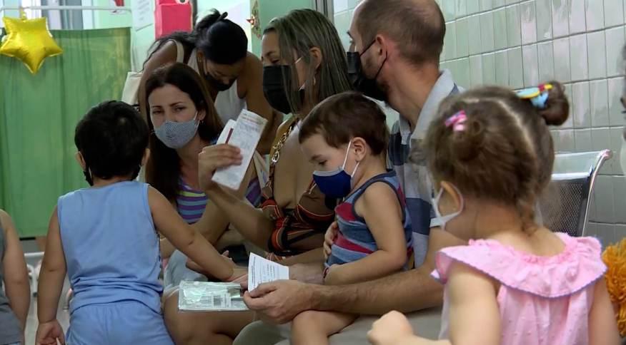 Crianças aguardam em posto de vacinação de Cuba para serem vacinadas contra Covid-19
