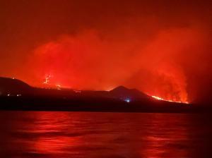 Lava de vulcão da ilha espanhola de La Palma chega ao mar