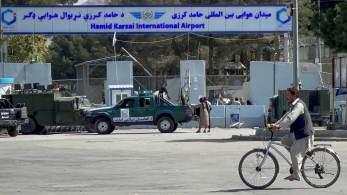 Duzentos cidadãos de outros países, entre eles norte-americanos, devem partir em voos charter de Cabul nesta quinta-feira (9)