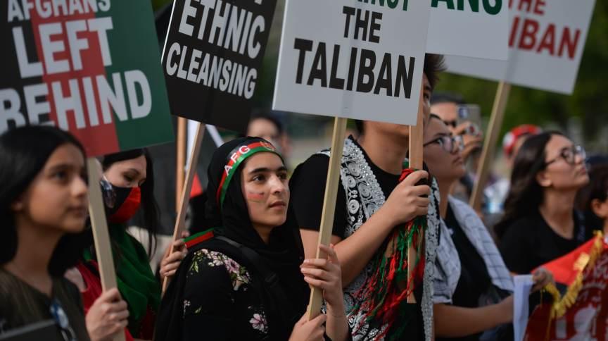 Manifestação em Cabul acontece um dia depois que mulheres fizeram um protesto semelhante na cidade de Herat, no oeste do Afeganistão. No protesto de quinta-feira (2), as manifestantes seguravam um grande cartaz com reinvidicações.