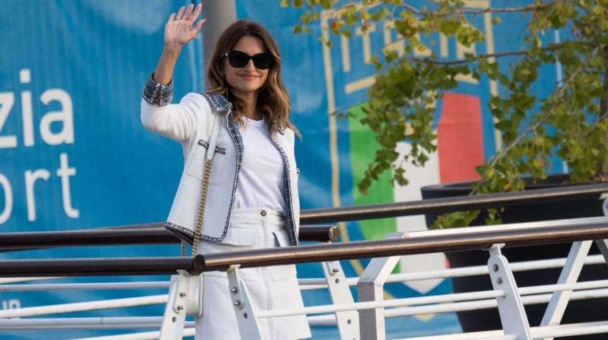A atriz Penélope Cruz, clicada ao desembarcar em Veneza