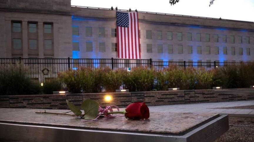 Com bandeira dos EUA ao fundo, rosa homenageia vítimas do 11 de Setembro no Pentágono