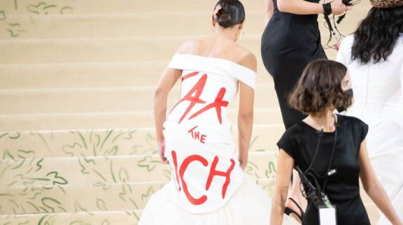 Alexandria Ocasio-Cortez chega ao Met Gala 2021 com mensagem política estampada em vestido: 'Taxem os ricos'