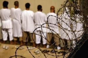 Bush filho, Obama e agora Biden tentaram acabar com o centro de detenção de acusados de terrorismo, manchado por denúncias de violação de direitos humanos