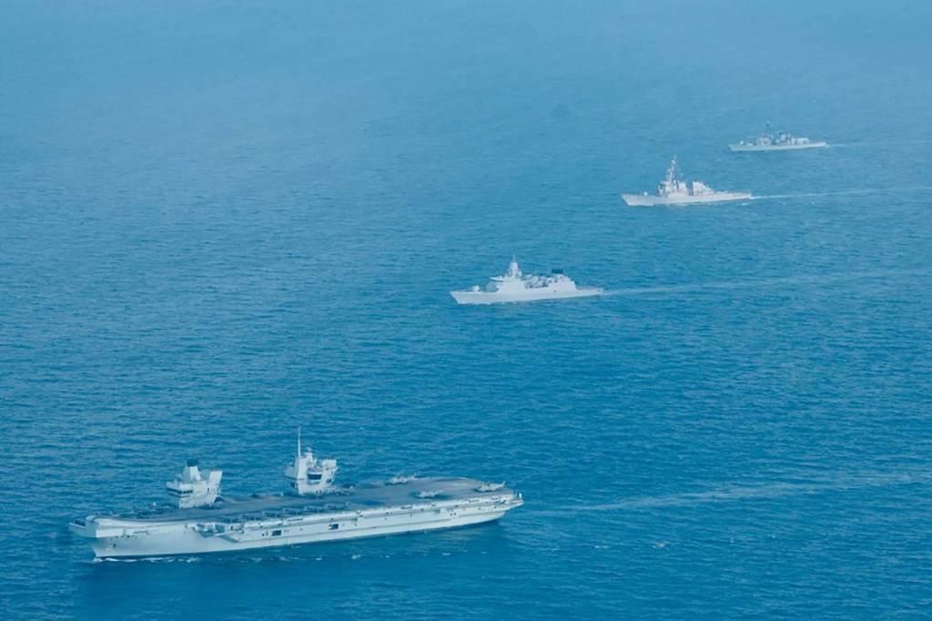 HMS Queen Elizabeth, do Reino Unido, o HNLMS Evertsen, da Holanda, o USS The Sullivans, dos EUA e o HMS Kent navegam nas águas de Singapura