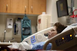 Incidência de novos casos de Covid-19 está maior entre jovens, diz SindHosp