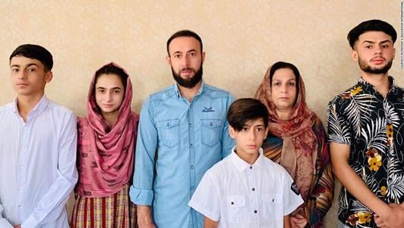 Zamarai Ahmadi, terceiro a partir da esquerda, funcionário de uma ONG norte-americana, estava solicitando um visto para os EUA para ele, sua esposa Anisa e seus filhos Zamir, Zamira, Faisal e Farzad