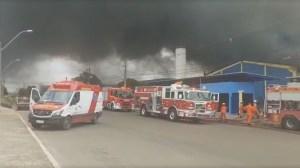 Incêndio causa colapso de estrutura de fábrica de sandálias em Brasília