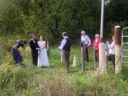 Medidas contra Covid-19 impossibilitaram família de noiva canadense de ir ao casamento nos EUA; ela fez, então, única coisa possível: levou cerimônia para divisa dos países
