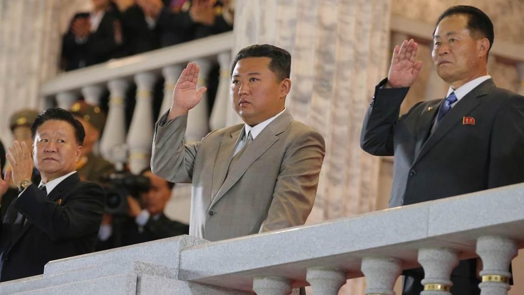 Líder da Coreia do Norte, Kim Jong Un, participa de desfile militar em Pyongyang