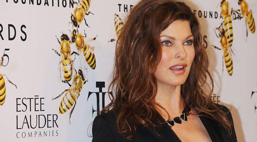 """A modela Linda Evangelista processa empresa em US$ 50 milhões por procedimentos que, segundo ela, a deixaram """"brutalmente desfigurada"""""""
