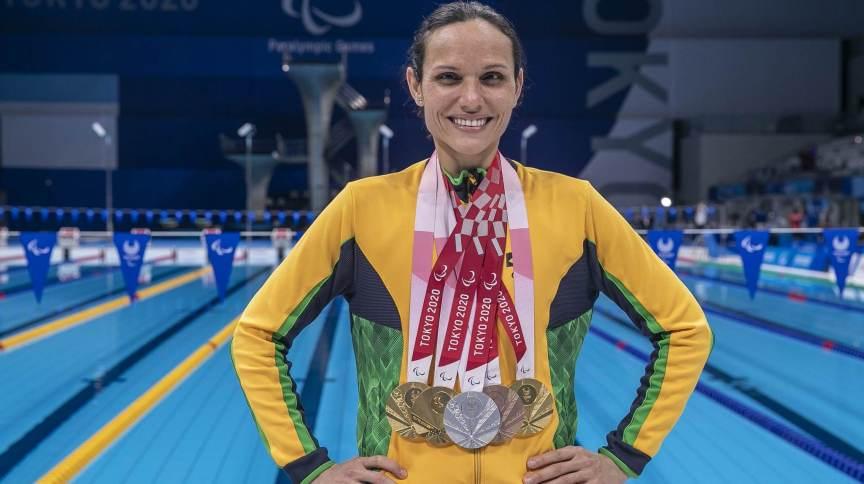 Maria Carolina Santiago com suas 6 medalhas conquistadas nos Jogos Paralímpicos de Tóquio