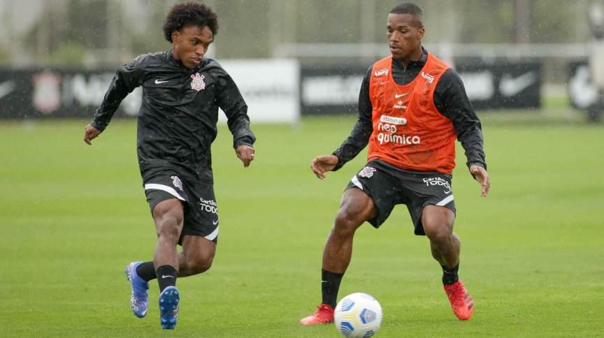 Meio-campista Willian (E) participa de treino do Corinthians