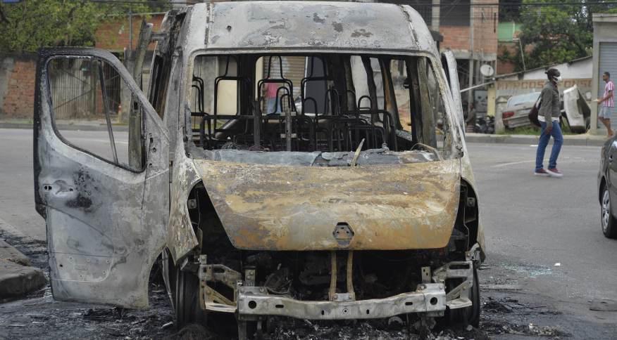 Guerra da Milicia na zona Oeste do Rio deixa vans incendiadas, nesta quinta (16)