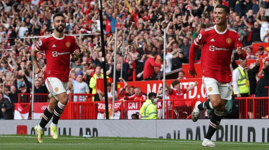 Observado pelo também português Bruno Fernandes, Cristiano Ronaldo (D) comemora gol no retorno ao Manchester United