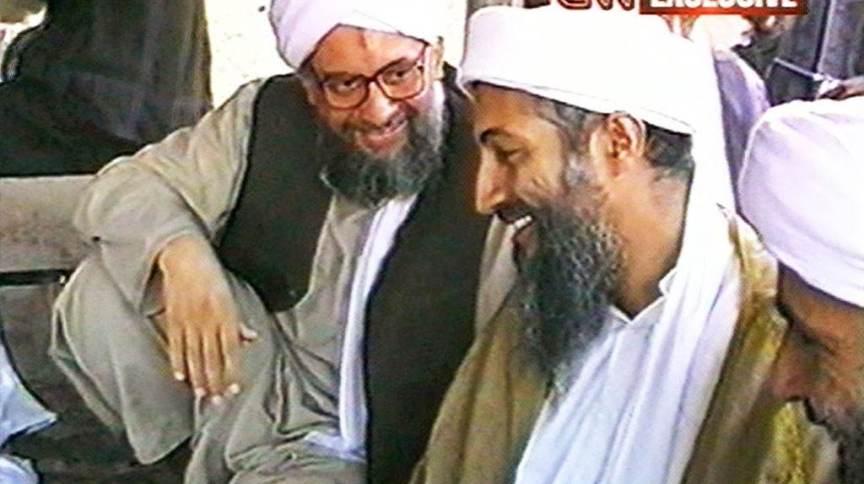A CNN teve acesso a uma série de vídeos da cúpula da Al Qaeda, produzidos em 1998. Na imagem, Ayman al-Zawahiri, então o segundo na hierarquia, conversa com Osama bin Laden, à direita