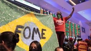 Movimentos sociais ocupam sede da Bolsa de Valores, no Centro de SP, em protesto