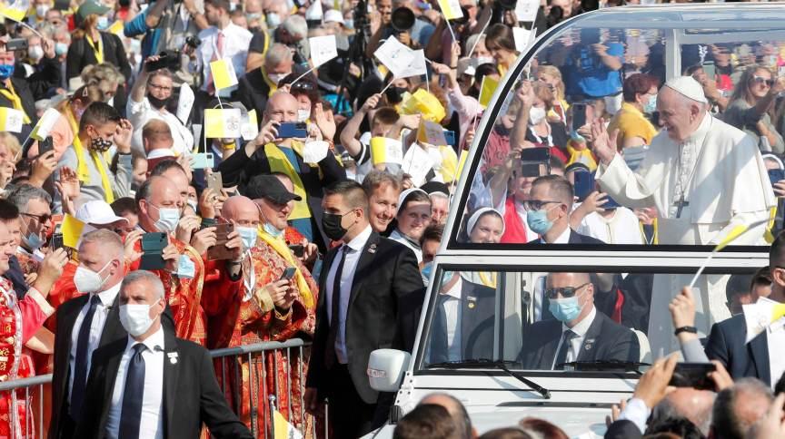 Papa Francisco acena ao público em Presov, na Eslováquia