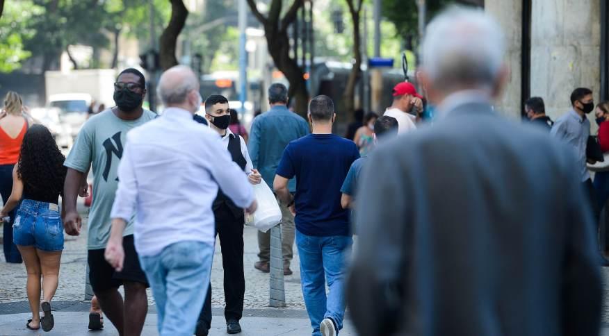 Pessoas caminham no centro do Rio: mercado de trabalho formal mostra recuperação no estado