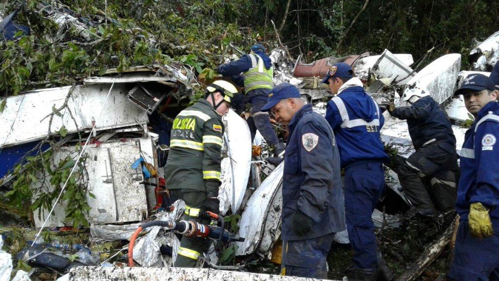 Policiais fazem resgate das vítimas do avião da Chapecoense que caiu no trajeto da Bolívia para a Colômbia